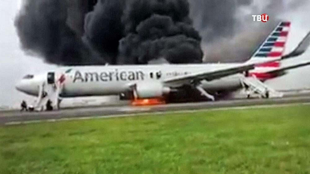 Горящий самолет авиакомпании American Airlines