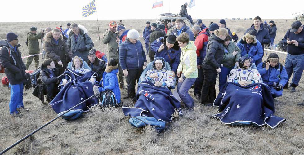 Трое космонавтов 49-й экспедиции МКС вернулись на землю