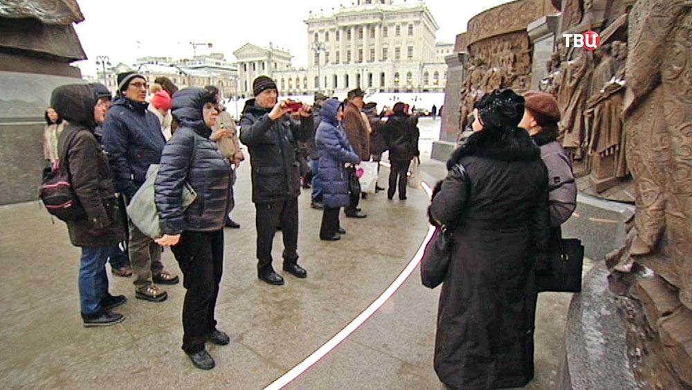 Туристы возле памятника святому равноапостольному князю Владимиру на Боровицкой площади
