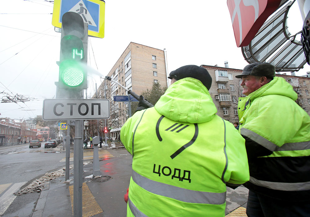 Представители ЦОДД моют светофоры