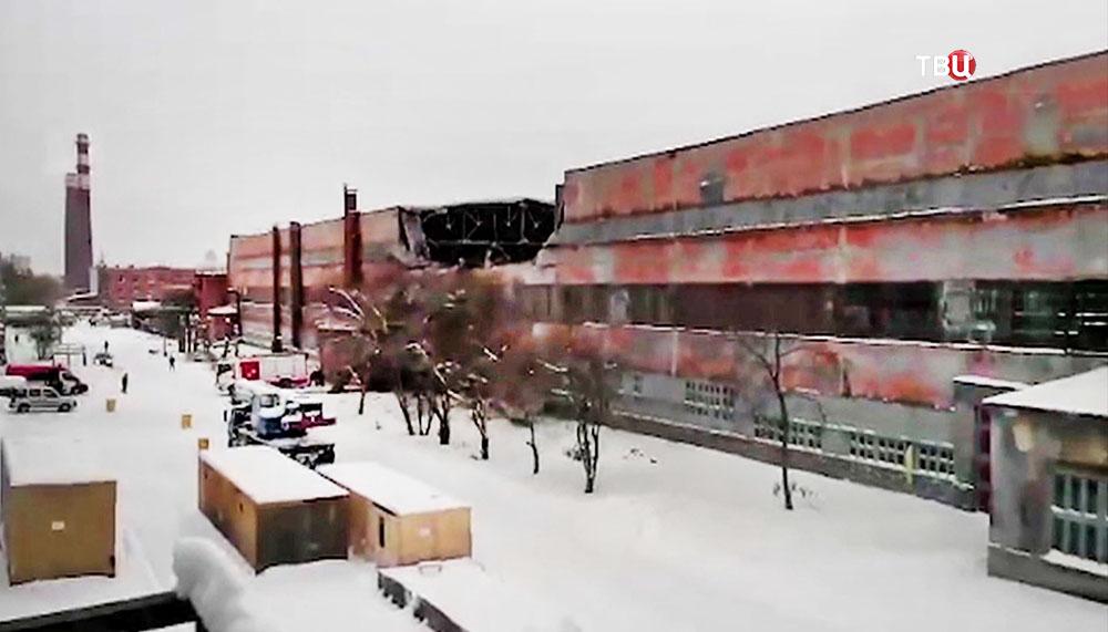 Последствия обрушения крыши на предприятии в Свердловской области