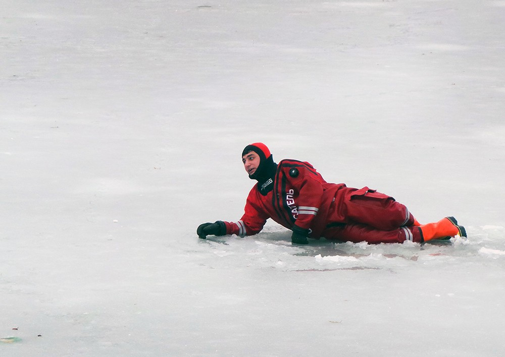 Спасатель МЧС на льду