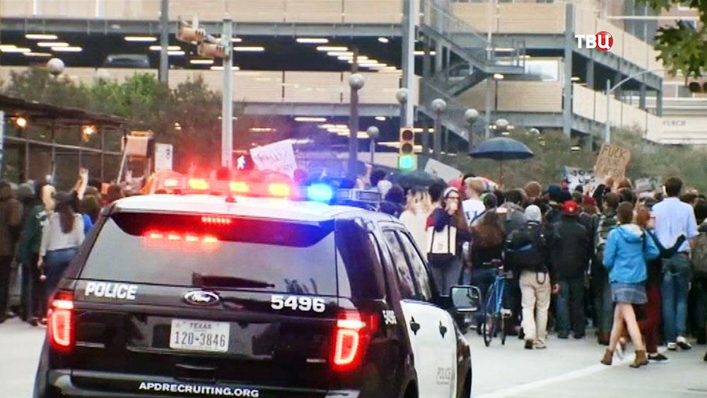 Полиция США оттесняет митингующих