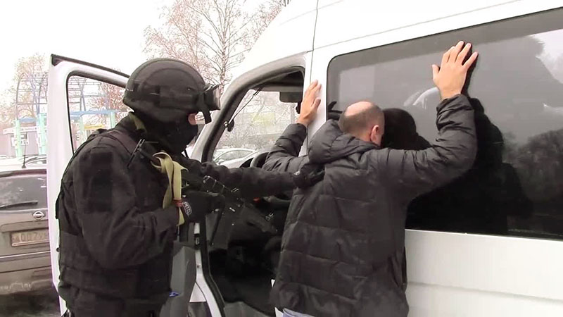 Сотрудники ФСБ задерживают одного из двух россиян, организовавших незаконное пересечение границы РФ