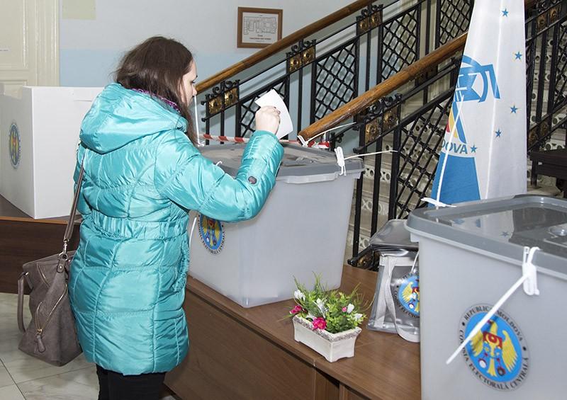 Жительница Кишинева во время голосования на выборах президента Молдавии