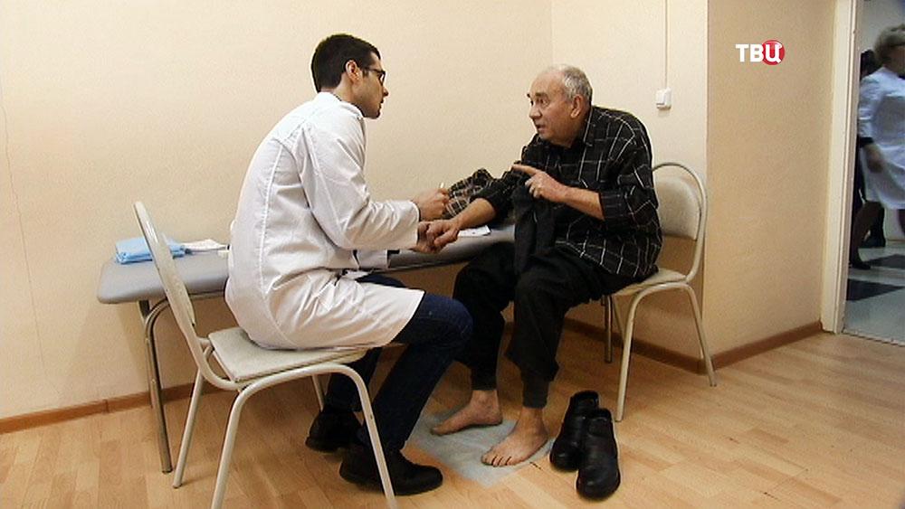 Врач принимает пациента