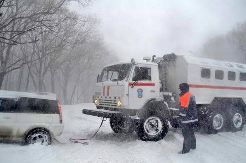 Спасатели МЧС ликвидируют последствия снегопада на трассе