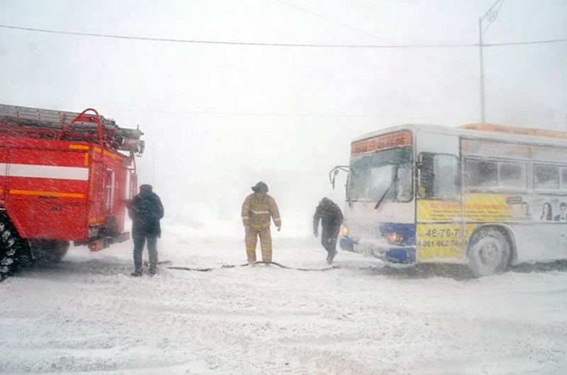 Спасатели МЧС работают в условиях снегопада
