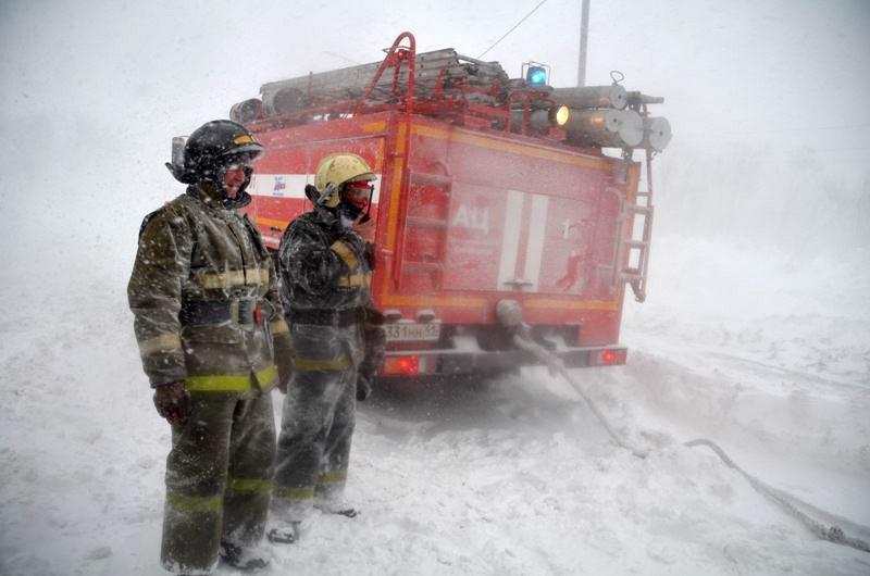 Спасатели МЧС работают во время снегопада на Камчатке