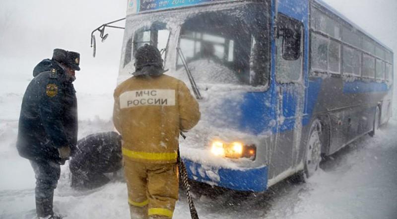 Спасатели МЧС работают во время снегопада на трассе