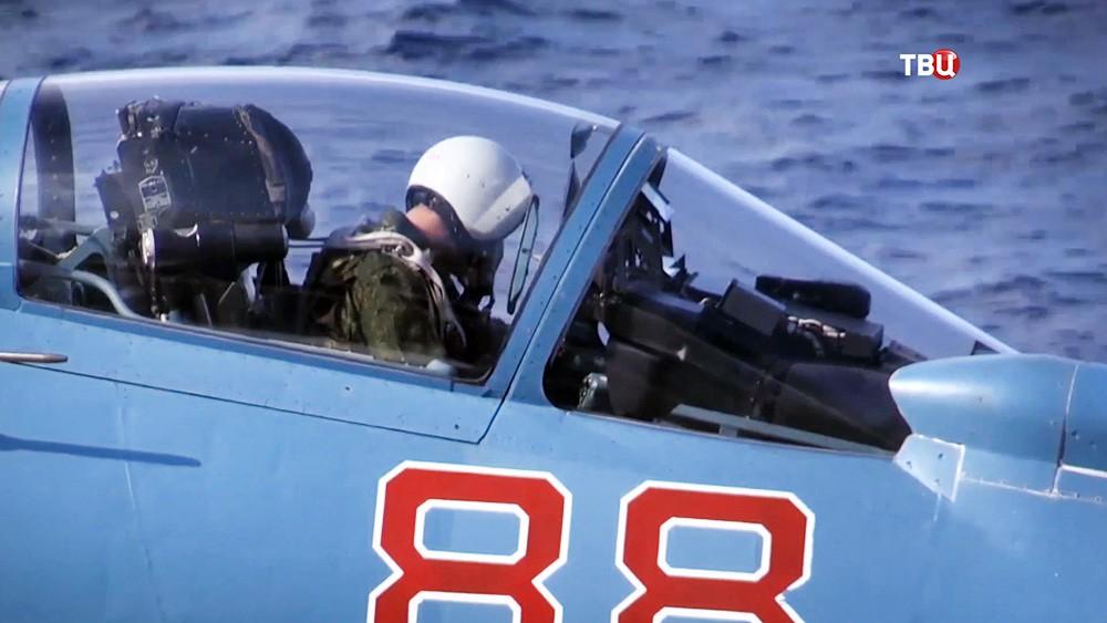 """Пилот истребителя Су-33 на палубе авианосца """"Адмирал Флота Советского Союза Кузнецов"""""""