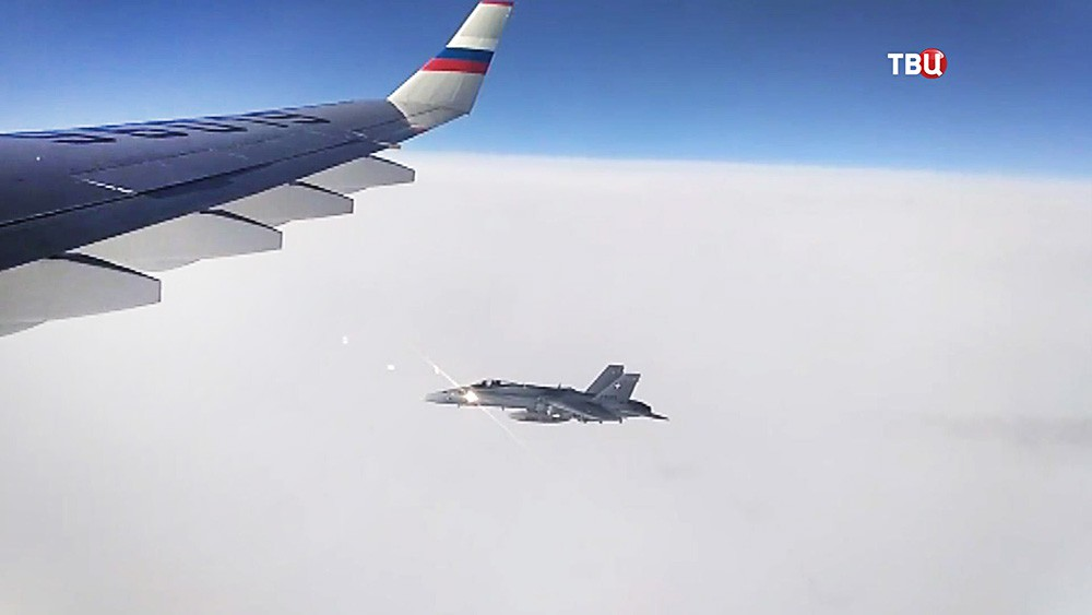 Истребители ВВС Швейцарии сопровождают российский самолет
