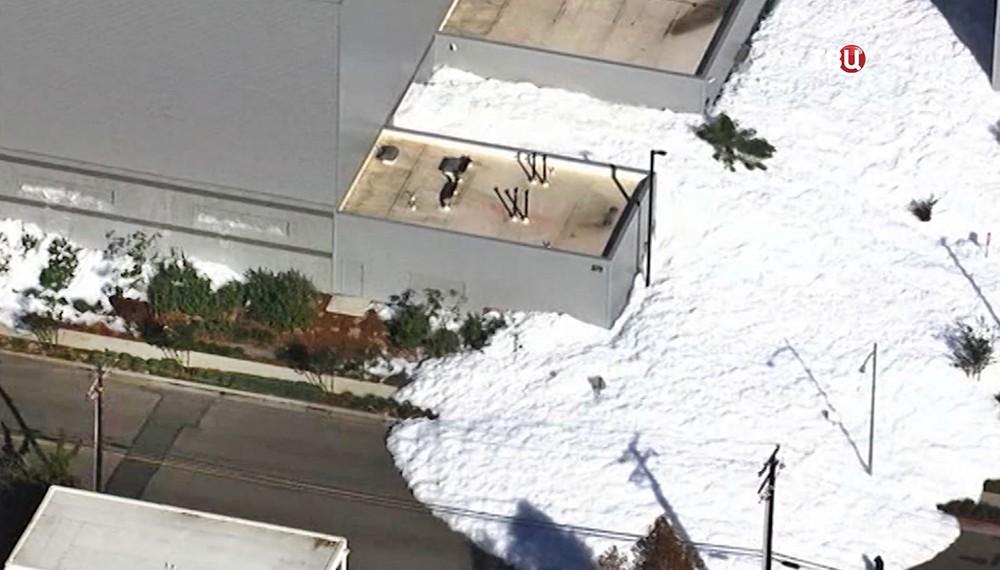 Улицы около аэропорта вКалифорнии затопило противопожарной пеной