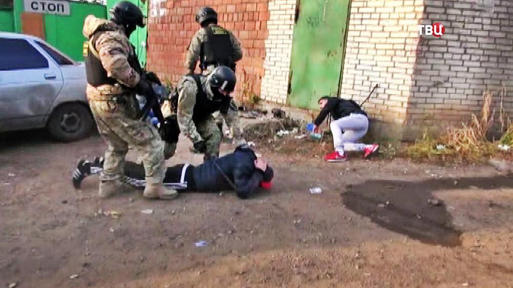Сотрудники ФСКН проводят задержание