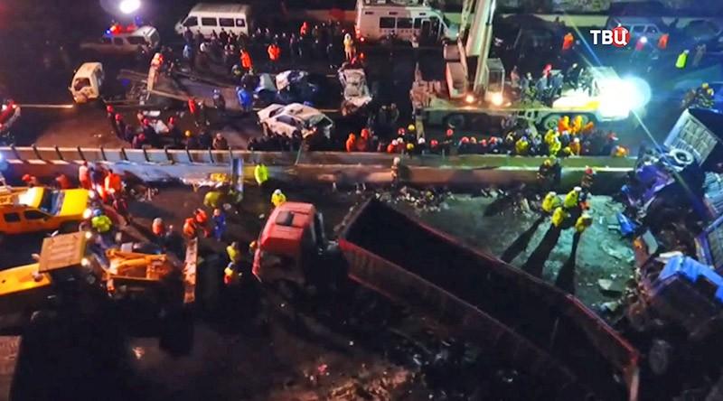 Спасательные службы на месте столкновения автомобилей в Китае