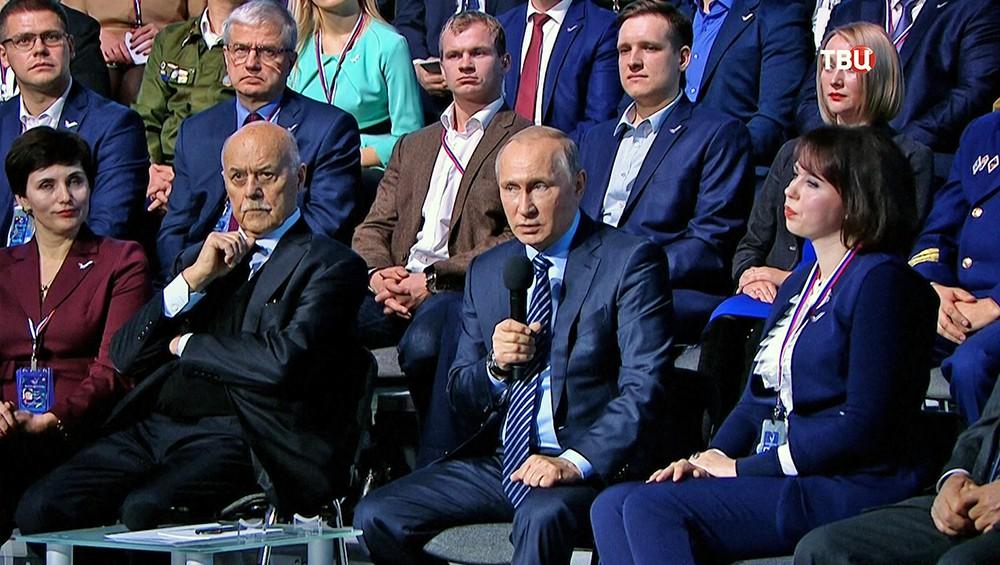 Президент России Владимир Путин во время выступления на форуме ОНФ
