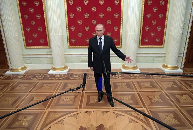 Президент России Владимир Путин во время подхода к прессе в Кремле