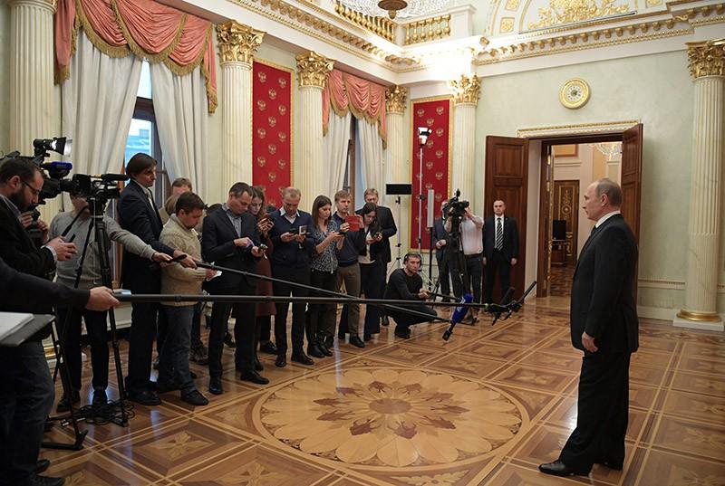 Президент России Владимир Путин во время общения с журналистами