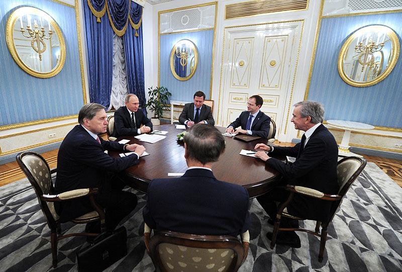 Президент РФ Владимир Путин и владелец и президент французской группы компаний Moёt Hennessy Louis Vuitton (LVMH) Бернар Арно (справа) во время встречи