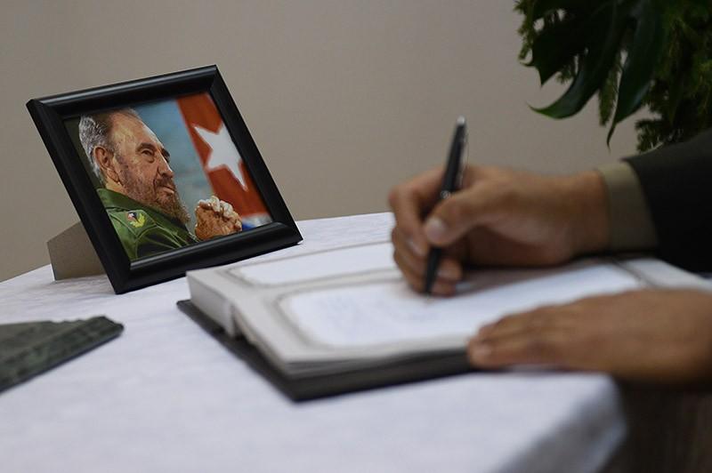 Мужчина расписывается в книге соболезнований в посольстве Кубы в Москве