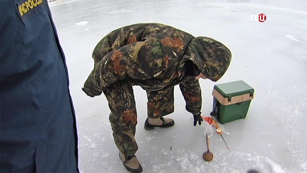 Сотрудники МЧС общаются с рыбаком