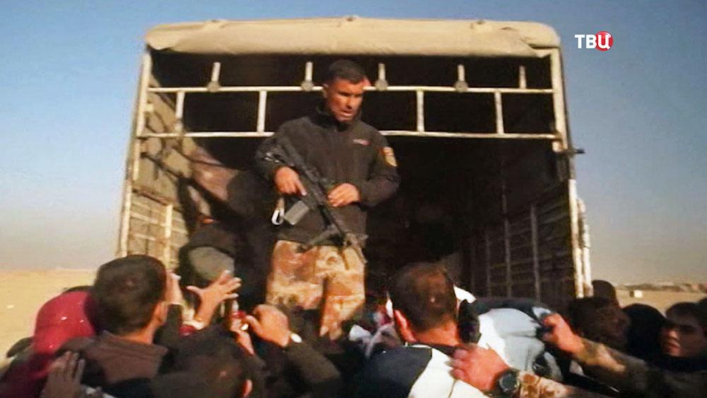 Драка беженцев за гумпомощь в Ираке