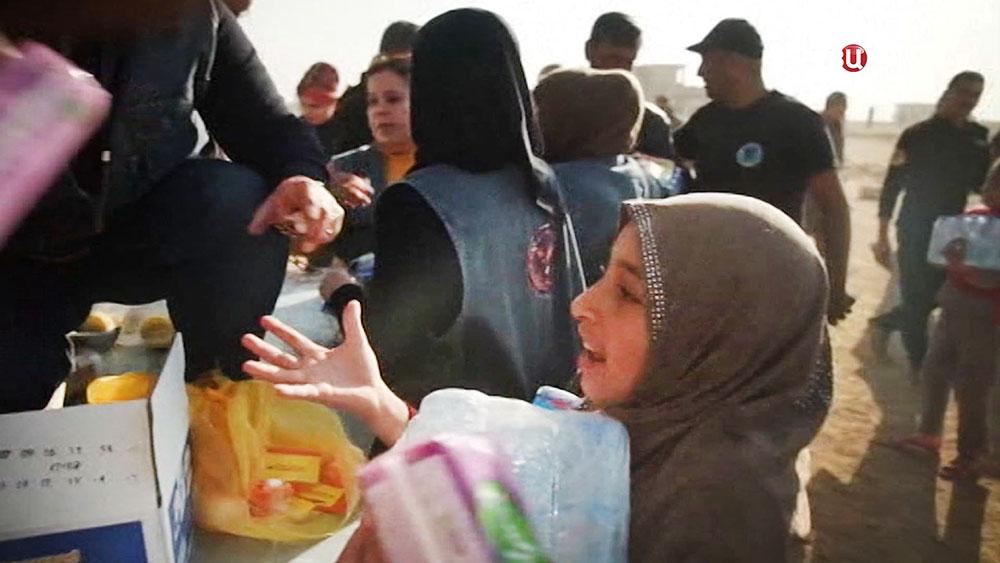 Выдача гуманитарной помощи жителям Ирака