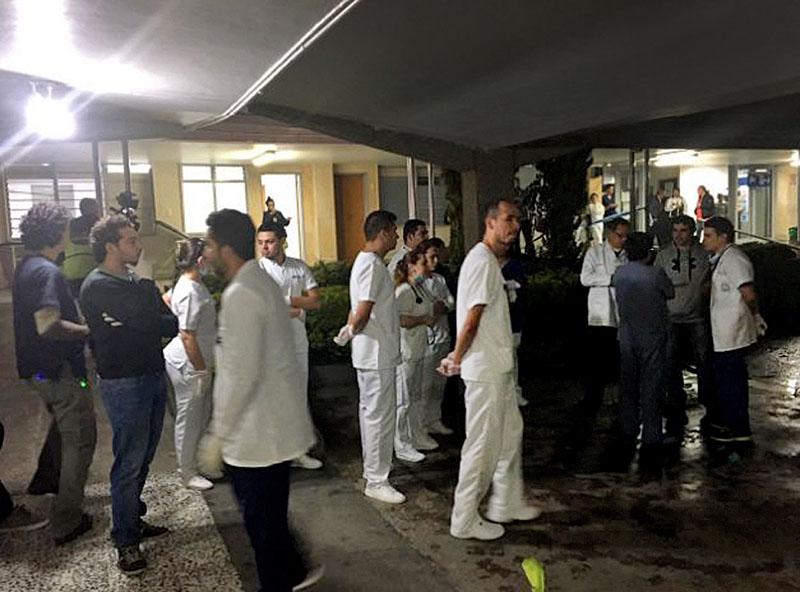 Врачи колумбийской больницы встречают пострадавших в авиакатастрофе