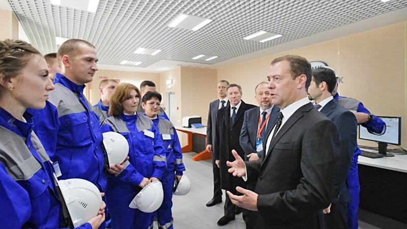 Дмитрий Медведев общается с работниками горно-обогатительного комбината
