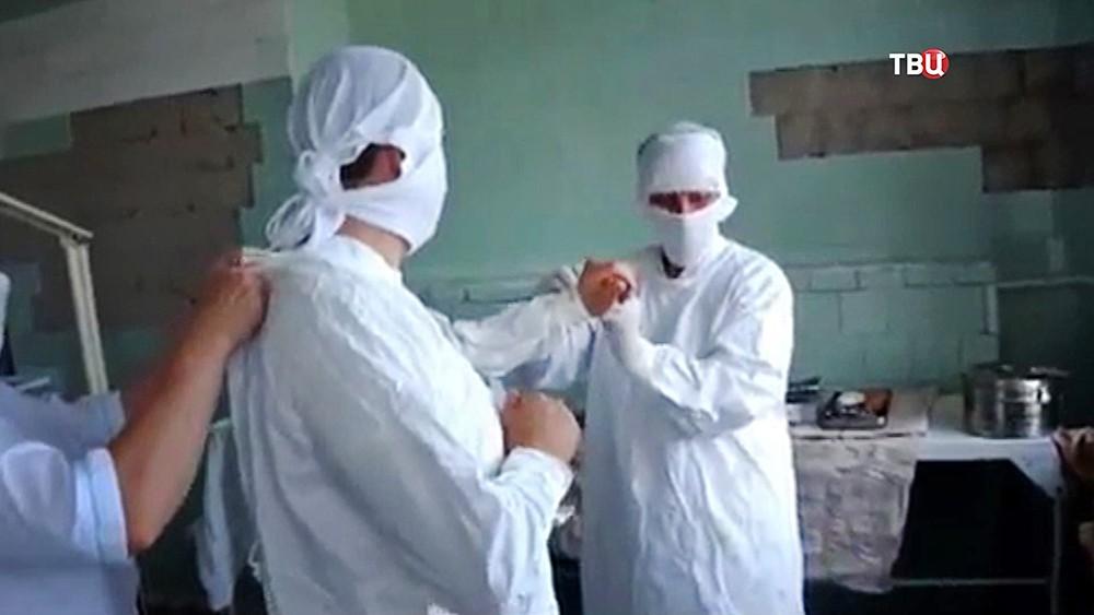 Хирурги проводят операцию на Украине