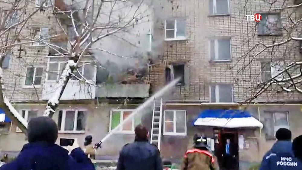 Пожарные тушат квартиру