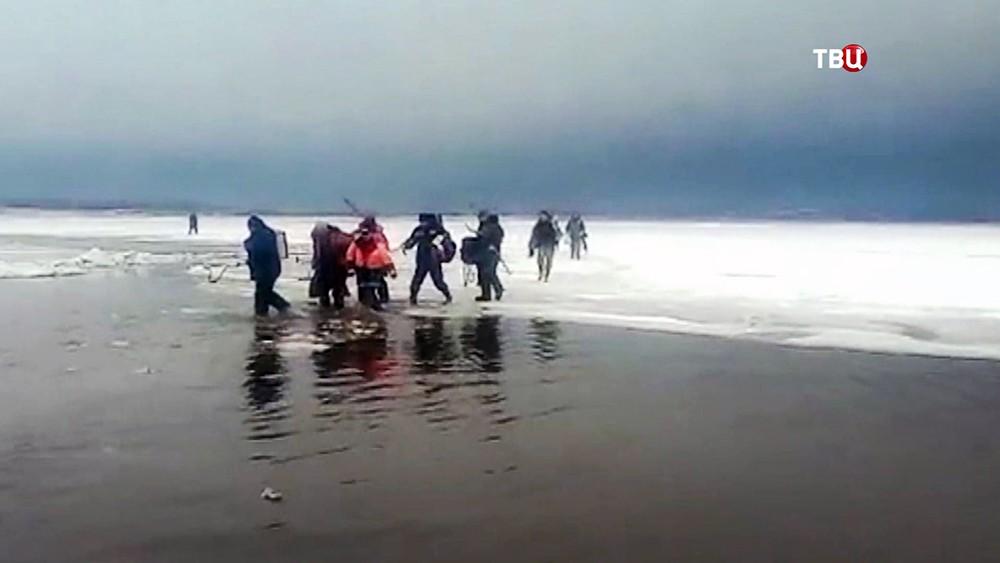 Рыбаки на оторванной льдине