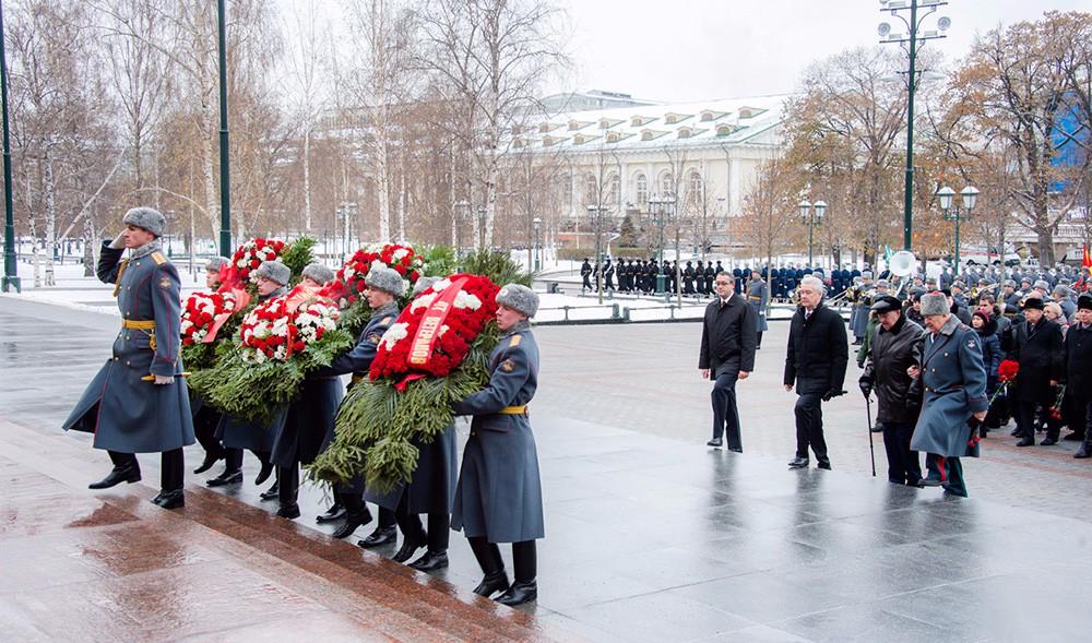 Сергей Собянин принял участие в церемонии возложение цветов к Могиле Неизвестного Солдата