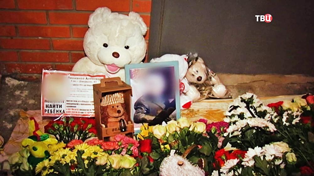 Цветы у подъезда в Домодедове, где жил убитый мальчик