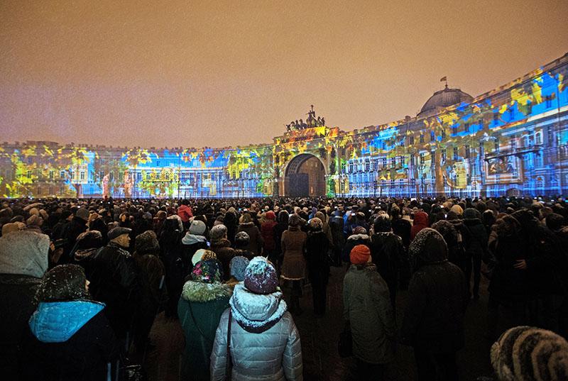 Световое шоу в честь основания Эрмитажа на Дворцовой площади в Санкт- Петербурге