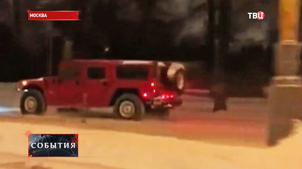 Автохулиганы на Hummer во время движения по газону рядом со зданием МГУ
