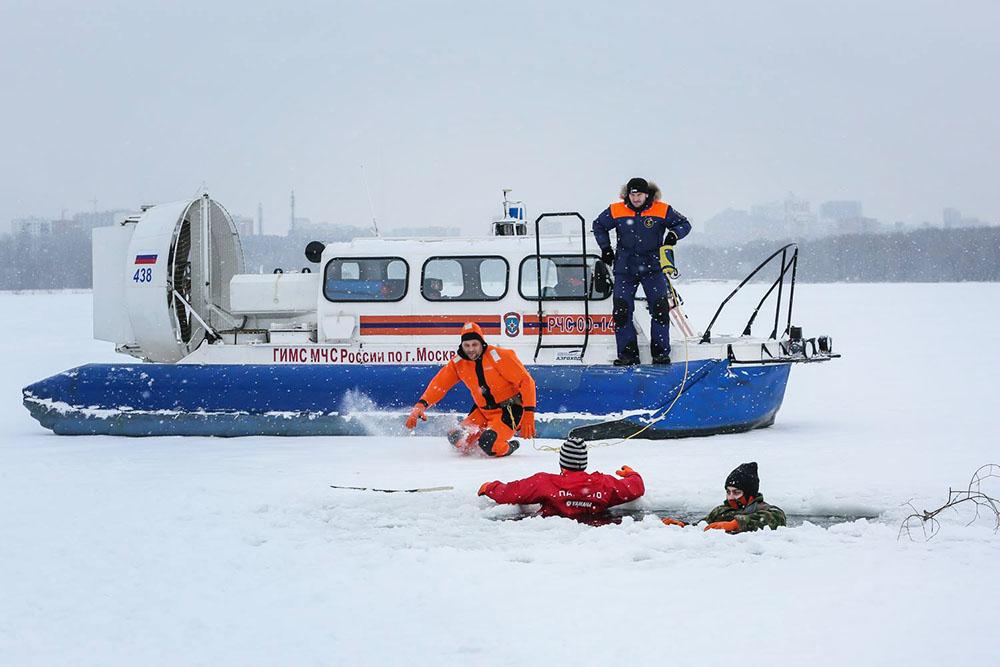 Спасатели МЧС спасают провалившихся под лед