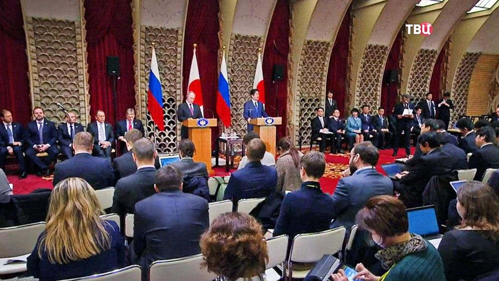 Президент РФ Владимир Путин и премьер-министр Японии Синдзо Абэ на пресс-конференции