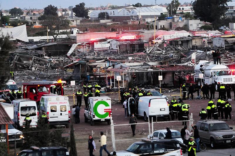 Спасатели на месте взрыва пиротехники в Мексике