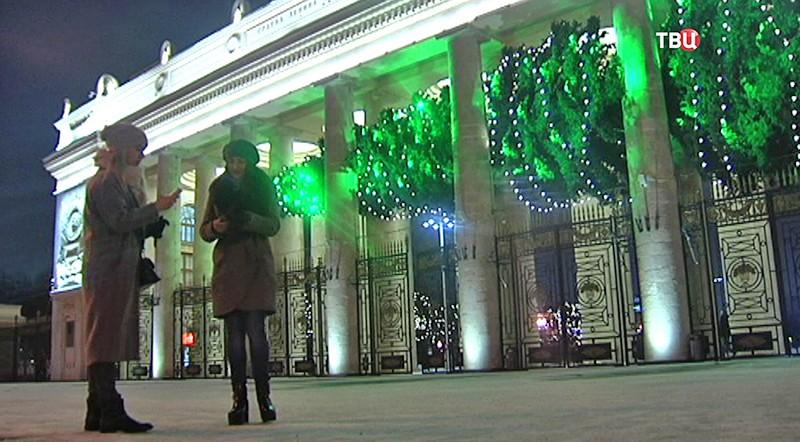 Парящая елка у входа в Парк Горького