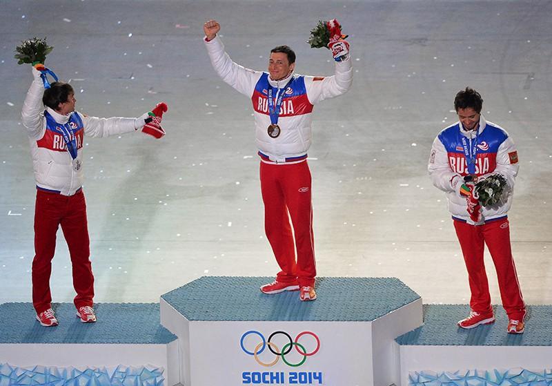 Максим Вылегжанин - серебряная медаль, Александр Легков - золотая медаль, Илья Черноусов - бронзовая медаль (слева направо)