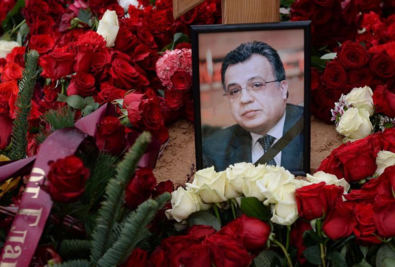 Фотография на могиле посла России в Турции Андрея Карлова