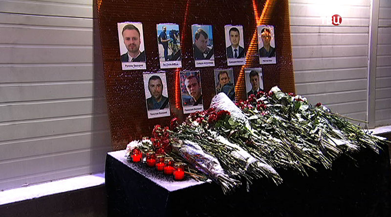 Цветы, возложенные в память пассажиров самолета Минобороны РФ Ту-154, потерпевшего крушение у побережья Черного моря в Сочи