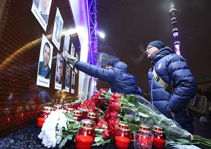 Цветы у здания телецентра «Останкино» в память о погибших в крушении Ту-154