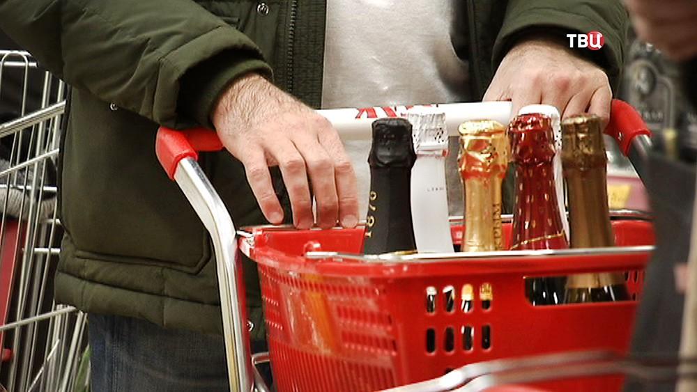Шампанское в тележке в супермаркете