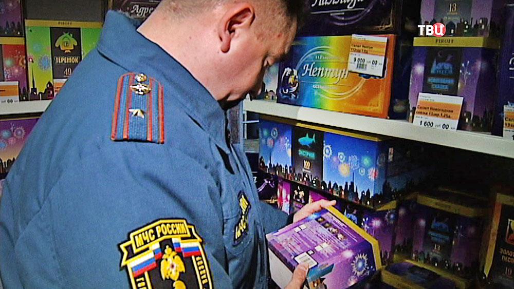Сотрудники МЧС проверяют магазин по продажа пиротехники