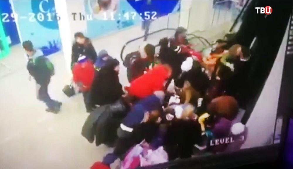 Давка школьников на эскалаторе