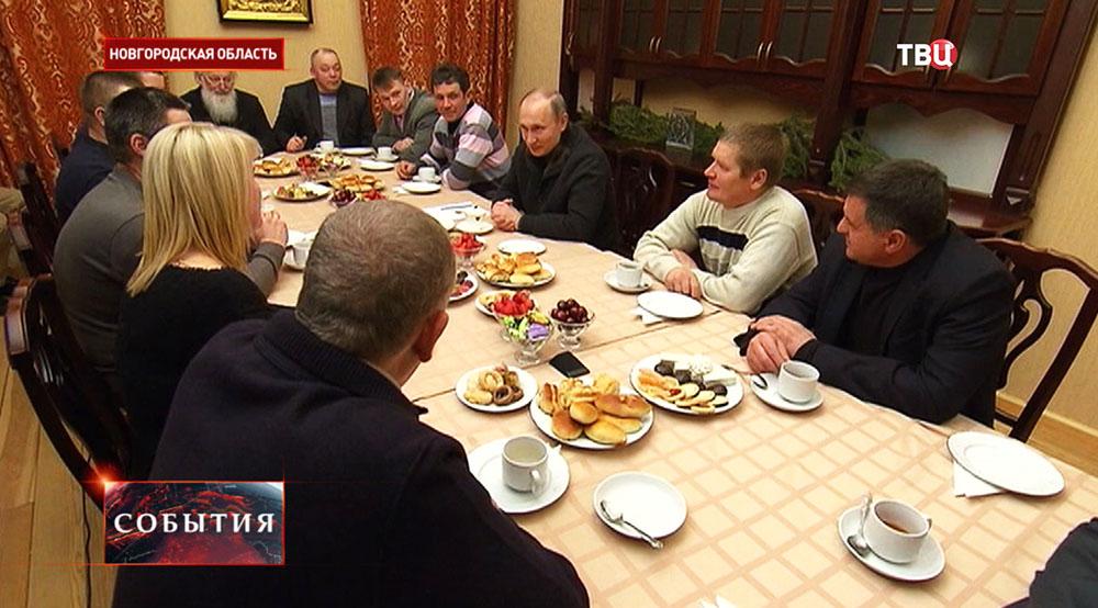 Владимир Путин во время беседы с рыбаками после Рождественского богослужения в Свято-Юрьевом монастыре в Новгородской области