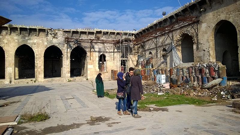 Горожане во дворе мечети Омейядов в Алеппо