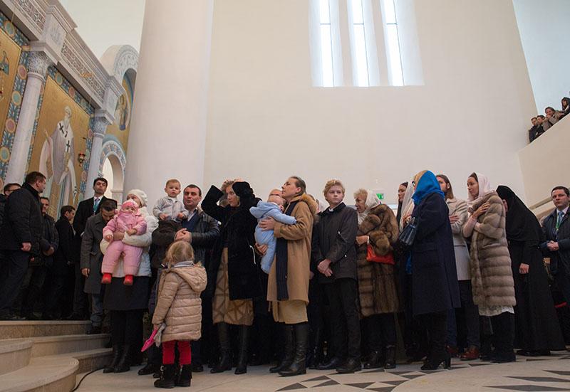 Верующие в Свято-Троицком соборе в Париже